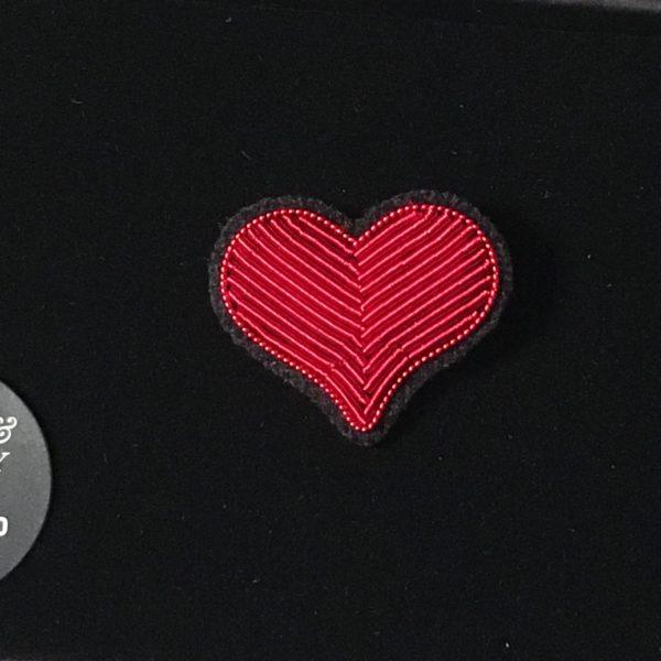 broche brodée main Macon & Lesquoy coeur rouge