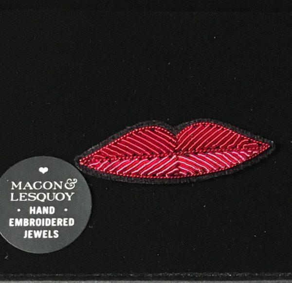 broche brodée main Macon & Lesquoy petite bouche rouge